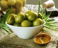 Azeitonas e petróleo verde-oliva Fotos de Stock Royalty Free