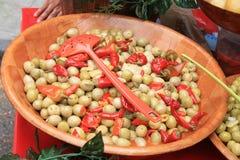 Azeitonas e pimentas em um mercado francês Fotografia de Stock