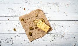 Azeitonas e queijo na tabela retro branca Imagem de Stock Royalty Free