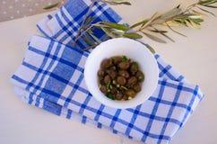 Azeitonas e ramo de oliveira Fotografia de Stock