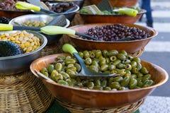 Azeitonas e vegetais conservados para a venda no mercado exterior imagens de stock royalty free
