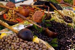 Azeitonas em uma tenda do mercado imagens de stock