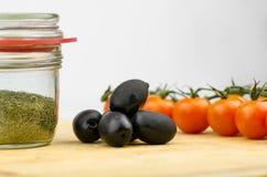 Azeitonas frescas, Cherry Tomatoes And Herbs Close acima imagens de stock