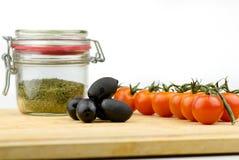 Azeitonas frescas, Cherry Tomatoes And Herbs Close acima fotografia de stock