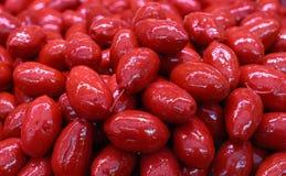Azeitonas inteiras vermelhas de Cerignola no fim do óleo acima Foto de Stock Royalty Free
