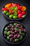 Azeitonas misturadas com o vegetal cru do petisco foto de stock