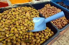 Azeitonas na exposição no mercado do Oriente Médio do alimento foto de stock royalty free