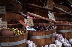 Azeitonas no mercado fotografia de stock