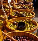 Azeitonas nos barrells. imagem de stock royalty free