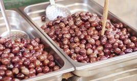 Azeitonas pretas no mercado de fruto, Catania, Sicília, Itália imagem de stock