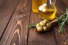 Azeitonas verdes e petróleo verde-oliva Imagens de Stock