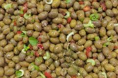 Azeitonas verdes frescas, com pimenta vermelha picante e salsa na venda dentro Foto de Stock Royalty Free