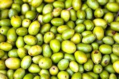 Azeitonas verdes frescas vendidas em um mercado Fotografia de Stock Royalty Free