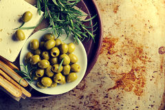 Azeitonas verdes gregas saborosos frescas com feta do queijo ou queijo de cabra Foto de Stock Royalty Free