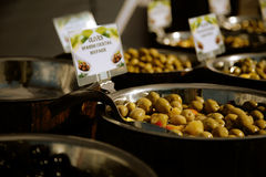 Azeitonas verdes para a venda no mercado Foto de Stock