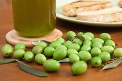 Azeitonas verdes, petróleo e pão Imagens de Stock Royalty Free