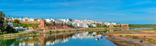 Azemmour全景在Oum唔Rbia河河岸的在摩洛哥 免版税库存图片