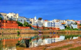 Azemmour都市风景在Oum唔Rbia河河岸的在摩洛哥 免版税库存图片