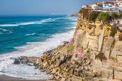 Azenhas毁损在峭壁和大西洋的白色村庄地标 免版税库存图片