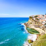 Azenhas毁损白色村庄、峭壁和海洋,辛特拉,葡萄牙 图库摄影
