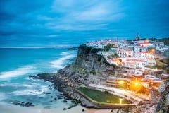 Azenhas do Mar dorp bij schemer met stormachtige overzees en donkere wolken, Royalty-vrije Stock Fotografie