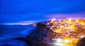Azenhas do Mar dorp bij schemer met stormachtige overzees en donkere wolken, Royalty-vrije Stock Afbeeldingen