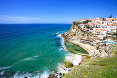 Azenhas endommagent le village, la falaise et l'océan blancs, Sintra, Portugal. Image libre de droits