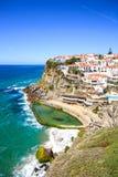Azenhas endommagent le village, la falaise et l'océan blancs, Sintra, Portugal. Photographie stock libre de droits