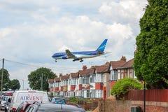 Azerbaijan Airlines Boeing 767 på inställning till den Heathrow flygplatsen Royaltyfri Foto