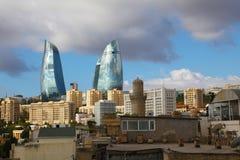 azerbaijan baku Mening bij stadslandschap Vlamtorens Stock Fotografie