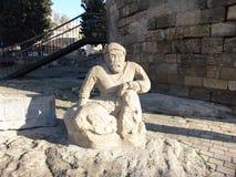 azerbaijan baku Vista de ruas da cidade Escultura de pedra perto da torre de Mauden Foto de Stock Royalty Free
