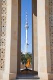 Azerbaijan, flama eterno e torre da transmissão imagem de stock