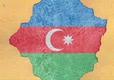 Azerbajdzjan flaggaabstrakt begrepp i hål för agg för fasadstruktur stort skadat royaltyfri fotografi