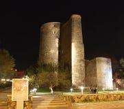 Azerbejdżan baku Dziewczyny wierza przy nocą Zdjęcia Royalty Free