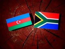 Azerbejdżan flaga z południe - afrykanin flaga na drzewnym fiszorku odizolowywającym Obraz Royalty Free