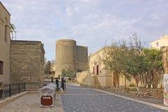 Azerbejdżan baku Dziewczyny Basztowy i STARY miasto Zdjęcia Royalty Free