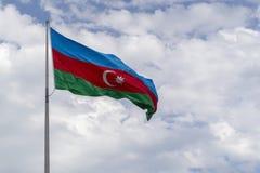 Azeri Flagge, die im Wind schmeichelt Lizenzfreie Stockbilder