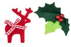 Azevinho do Natal com bagas e a rena vermelhas Imagens de Stock