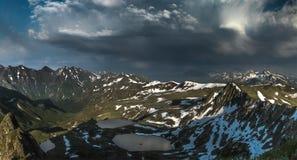Azgara河于这座山湖发起 免版税库存照片