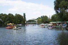 In Azië, China, Peking, Chaoyang-Park, het meer, boot, brug, het landschap Royalty-vrije Stock Foto