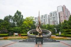 Azië China, Peking, het Olympische communautaire park van Dongsi, themabeeldhouwwerk, toorts Stock Afbeeldingen