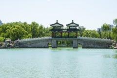 Azië China, Peking, Longtan-Meerpark, Paviljoenbrug royalty-vrije stock fotografie