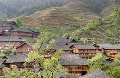 Azië, landelijk China, landbouwershuis op achtergrond van rijstterrassen. Stock Afbeeldingen