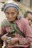 Azië, oude vrouw met kip en kleinzoon Stock Foto's