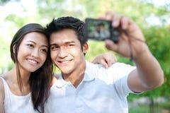 Aziaat die foto's neemt Royalty-vrije Stock Foto's