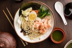 Aziaat ramen met garnalen en noedels in een restaurant stock foto's