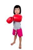 Aziaat Weinig Chinees Meisje die Bokshandschoen dragen Stock Foto's