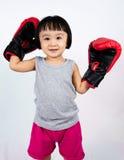 Aziaat Weinig Chinees Meisje die Bokshandschoen dragen Royalty-vrije Stock Foto's