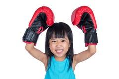 Aziaat Weinig Chinees Meisje die Bokshandschoen met omhoog Handen dragen Royalty-vrije Stock Foto's