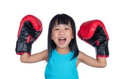 Aziaat Weinig Chinees Meisje die Bokshandschoen met omhoog Handen dragen Stock Fotografie